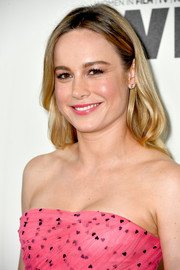 Brie Larson wore her hair loose in a gently wavy style at the 2018 Crystal + Lucy Awards.
