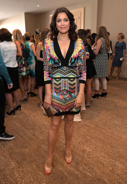 Bellamy Young completed her ensemble with a gold box clutch by L.K.Bennett.