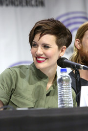 Maggie Grace went tomboy-chic with this short side-parted 'do at the Wondercon 'Fear the Walking Dead' panel.