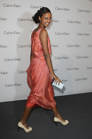 Sara Nuru paired her coral dress with a silver box clutch, which made for a smashing combination.