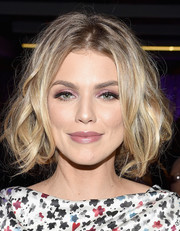 AnnaLynne McCord swiped on some pink eyeshadow for a fun and flirty beauty look.