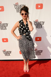 Jenny Slate added a touch of feminine color to her ensemble with a pair of pink pointy pumps.
