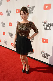 Milana Vayntrub pulled her red carpet look together with a pair of black platform pumps.