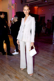 Karolina Kurkova completed her ensemble with a white satin purse.