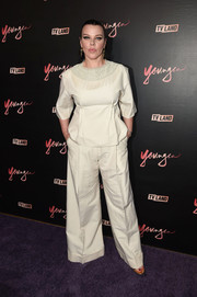 Debi Mazar matched her top with a pair of beige wide-leg pants.