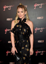 Hilary Duff accessorized with a simple black leather clutch at the premiere of 'Younger' season 4.