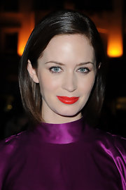 Emily Blunt chose a super bright and colorful lip color with an orange undertone to spice up her beauty look!
