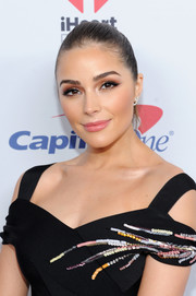 Olivia Culpo sported a slicked-back ponytail during Z100's Jingle Ball 2016.