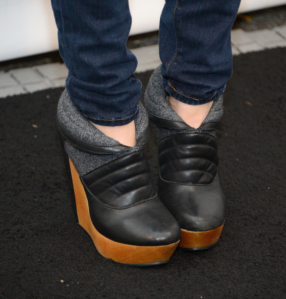 Zoe Jarman Ankle Boots [the mindy project,shoe,footwear,black,jeans,brown,leg,fashion,denim,boot,human leg,zoe jarman,beverly hills,california,saban theatre,paley center for media,paleyfest 2013]