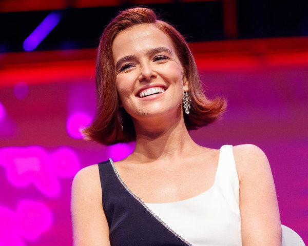 Zoey Deutch Diamond Chandelier Earrings [facial expression,performance,beauty,lady,music artist,chin,fashion,singer,event,singing,zoey deutch,stage,los angeles,california,los angeles convention center,zombieland 2 panel,surprise screening]