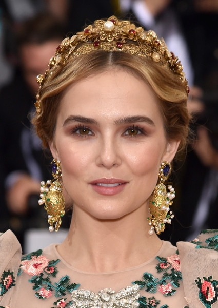 Zoey Deutch Dangle Decorative Earrings [manus x machina: fashion in an age of technology costume institute gala - arrivals,manus x machina: fashion in an age of technology costume institute gala,hair,hairstyle,hair accessory,headpiece,eyebrow,jewellery,fashion accessory,beauty,fashion,lip,zoey deutch,actess,new york city,metropolitan museum of art]