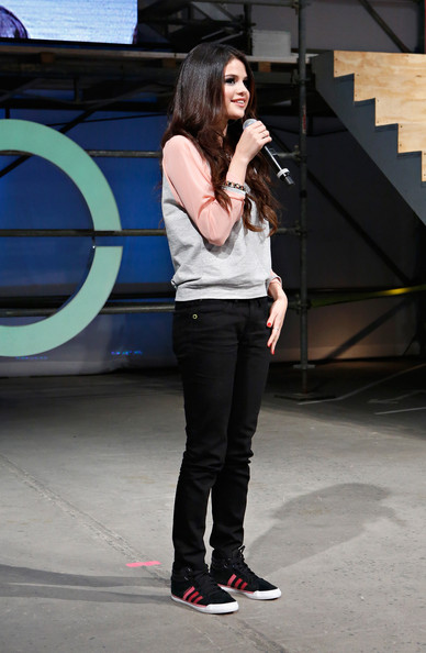 More Pics of Selena Gomez Skinny Pants (7 of 20) - Selena Gomez Lookbook - StyleBistro