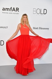 Doutzen Kroes chose a slashed Hugo Boss one-shoulder gown in two shades of red for her amfAR Gala Cannes 2017 look.