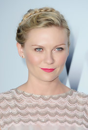 Kirsten Dunst popped on the red carpet with a splash of bubblegum lipstick.