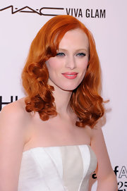 Karen Elson wowed at the amfAR gala with ravishing vibrant red locks. With a touch of coral lipstick her look really popped.