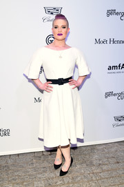 Kelly Osbourne was minimalist in a white midi dress with a contrast belt at the amfAR generationCURE Solstice 2017.