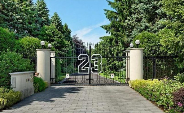 What to Wear: House-Hunting at Michael Jordan's Digs