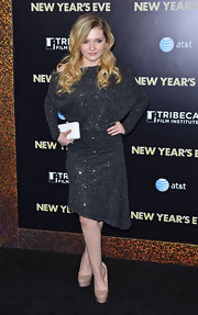 Abigail Breslin wore a glittering black cocktail dress for the 'New Year's Eve' premiere.