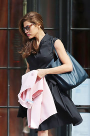 Eva Mendes chose an A-line, sleeveless shirt dress to complete her sophisticated and classic look.