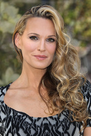 Molly Sims sported a gorgeous curly side sweep at the Hello LA event.