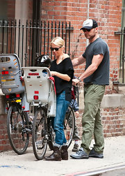 Naomi Watts went for a bicycle ride with the fam in these cuffed blue jeans.