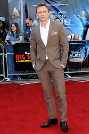 Daniel Craig looked dapper at the premiere of 'Cowboys & Aliens' in a sleek brown single-breasted suit.