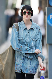 Agyness paired her button down shirt with red wayfarer sunglasses.
