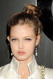 Lindsey Wixson drew on slightly raised wings for a modern take on the classic cat-eye look.