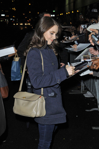 Alison Brie completed her casual attire with a simple beige leather shoulder bag during her visit to 'The Late Show with David Letterman.'