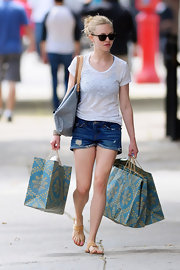 Amanda went shopping in a faded white tee and a pair of low-rise relaxed fit cuffed shorts. A messy bun and a pair of shades finished off her beachy look.