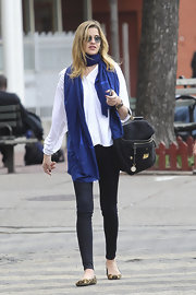 Ana Beatriz Barros balanced a voluminous blouse with tight skinny jeans.