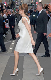 Angelina paired her shimmery Pamela Roland dress with satin pumps.