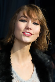 Karlie Kloss emphasized her peepers with cat-eye makeup when she attended the Kenzo fashion show.