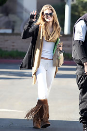 AnnaLynne McCord kept her on set style comfortable in a charcoal boyfriend cardigan and a thick camel scarf.