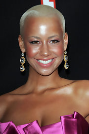 Ms. Amber rose strolled down the red carpet wearing a pair of decadent earrings. The gold and crystal combo was a nice contrast to her fuchsia dress.