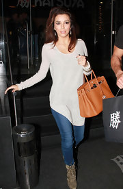 Eva Longoria embraced basics in an asymmetrical tunic and fitted medium wash skinnies.