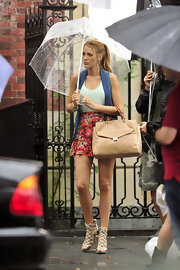 Blake showed off her tan leather tote bag while filming on set of Gossip Girls.