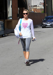 Julianne Hough's light gray knee-length workout leggings were a casual and comfy choice for the star.