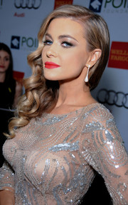 Carmen Electra's red lipstick totally brightened up her beauty look during the Voices on Point musical gala.