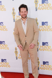 Comedian Paul Rudd showed off an on-trend tan suit while hitting the MTV Movie Awards.