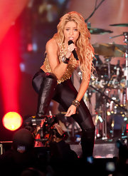 Shakira showed off a bronze bangle bracelet while preforming.