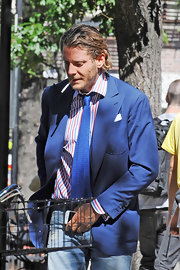 Lapo Elkann wore a blue knit tie with his blazer and jeans combo while visiting a bar.