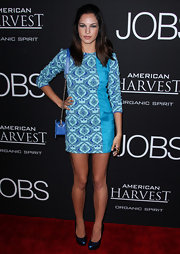Alexis Knapp chose a pretty sky blue printed dress to pair with her blue chain strap bag and midnight blue shoes.