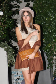 Louise Roe added flair to her neutral party attire with a textured cognac envelope clutch.