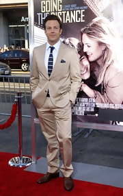 Jason Sudeikis showed off his tan suit which he paired with a navy blue tie.