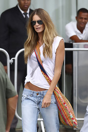 Elle MacPherson added color to her look with a multicolored knit cross body bag.