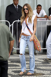 Elle MacPherson strolled through Rio de Janiero in tan thong sandals.