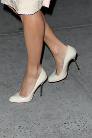 Eva Mendes wore these cream pumps with a silver metal heel.