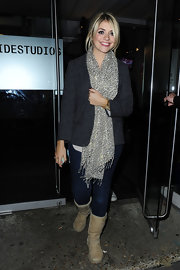 Holly Willoughby added just a dash of spice to her casual look with this white and black leopard scarf.