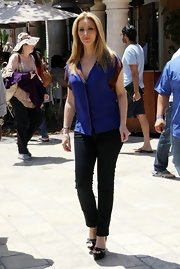Lisa Kudrow appeared on 'Extra' looking shapely in a pair of black skinny pants.